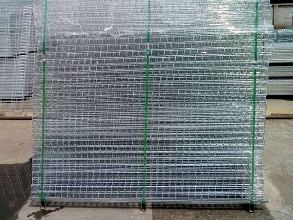 Several pieces of brc fence mesh are placed on the metal pallet and fixed with bundle belt, then wrapped with plastic film on the outside.
