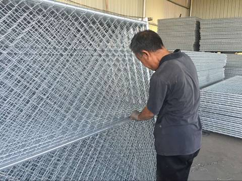 There are a lot of temporary chain link fence with hot dipped galvanizing surface treatment