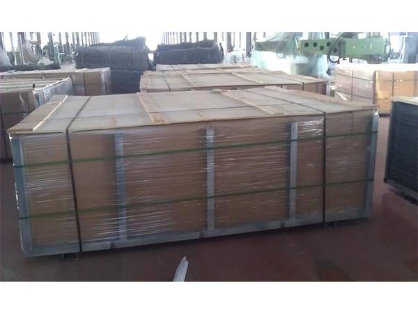 The fence panels are packaged in 6 wooden cases.