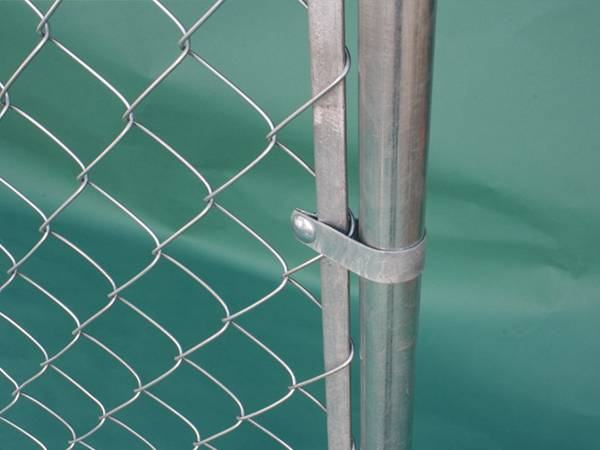 A close up picture of temporary chain link fence with flat tension bar.