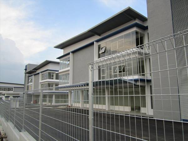 White roll top fences are used in villa areas to harmonize with the surrounding environment.