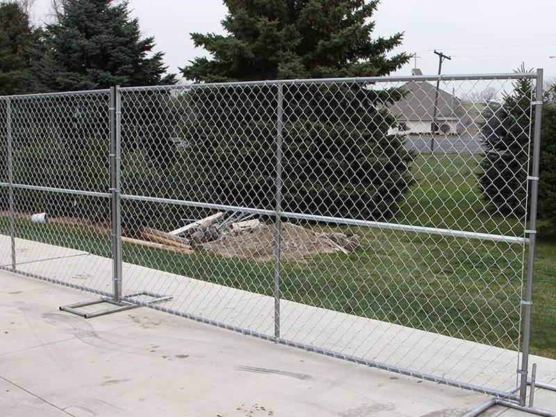 Assembled temporary chain link fence for erect the greenbelt.